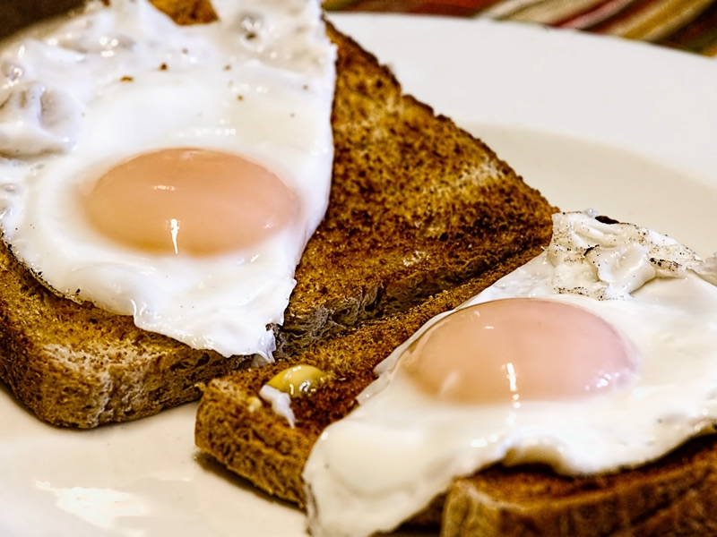 Cooked breakfasts range from fried eggs on toast to the full Monte